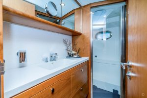 Yachts for Sale in London UK - Grosvenor Yachts - Van der Valk Flybridge 18m